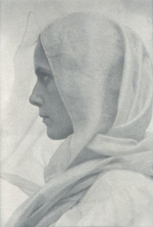 foto: Cs.wikipedia.org fotógrafa: Amelia Van Buren ''Woman draped in veil'', circa 1900