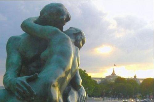 "Foto: Linternaute.com              Artista: Auguste Rodin, ""Le Baiser"""