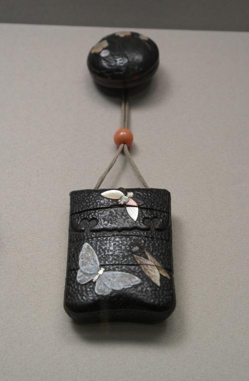 Inro con forma de tabaquera de cuero decorada con diseños de insectos  foto: Virginia Blanco