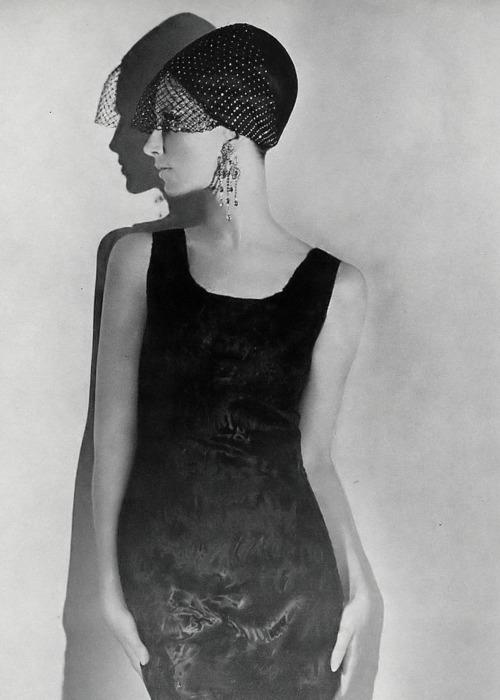 foto: Re-vu.tumblr.com  Vogue 1965: Brigitte Bauer con vestido de Revillon y sombrero Halston. PH: Helmut Newton.