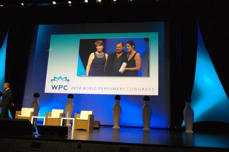 Maurice Roucel entregando el Prix International du Parfumeur Créatur 2014 a Alice Lavenat como Mejor Perfumista Jr    foto: Virginia Blanco