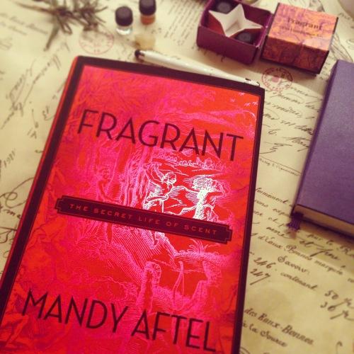 Fragrant y el companion kit, con muestras de los 5 aromas naturales sobre los que gira el libro. Foto: Virginia Blanco